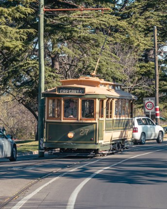 Tram No. 27 runs down the Wendouree Parade hill from Carlton St.